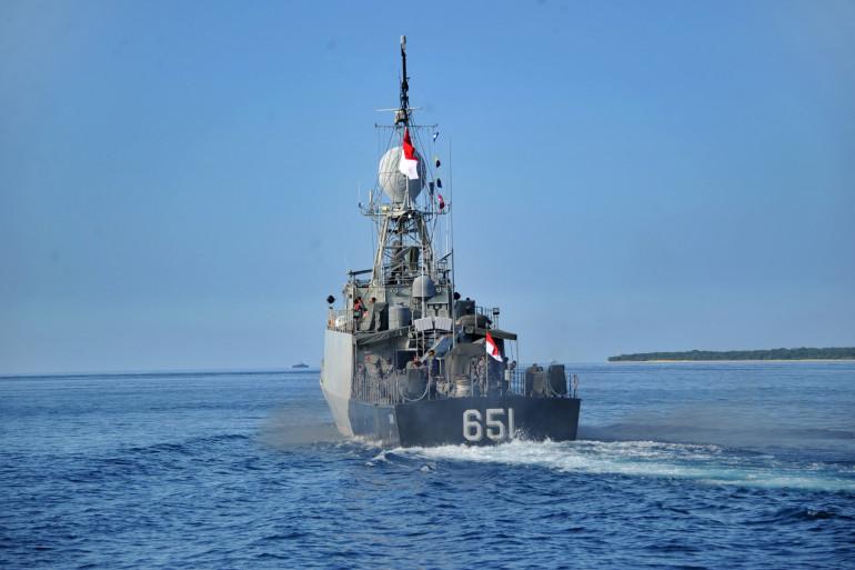 Un bateau militaire effectuant les recherches d'un sous-marin disparu au large de Bali (Indonésie)