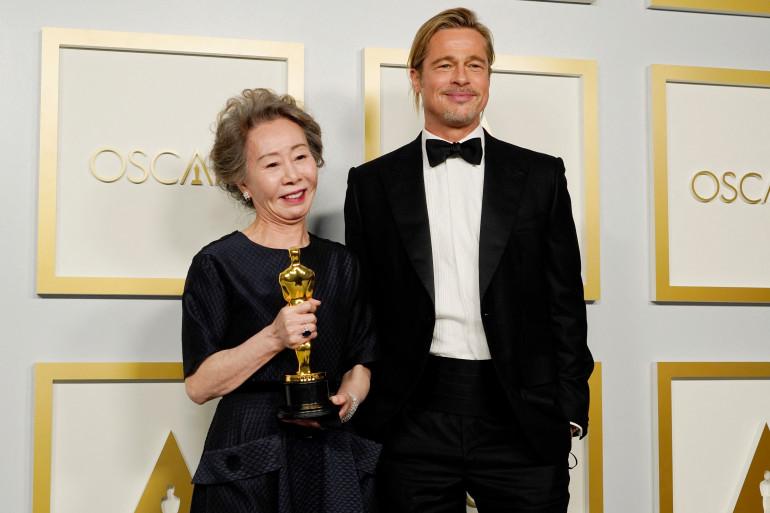 Yuh-Jung Youn avec Brad Pitt lors de la 93ème cérémonie des Oscars
