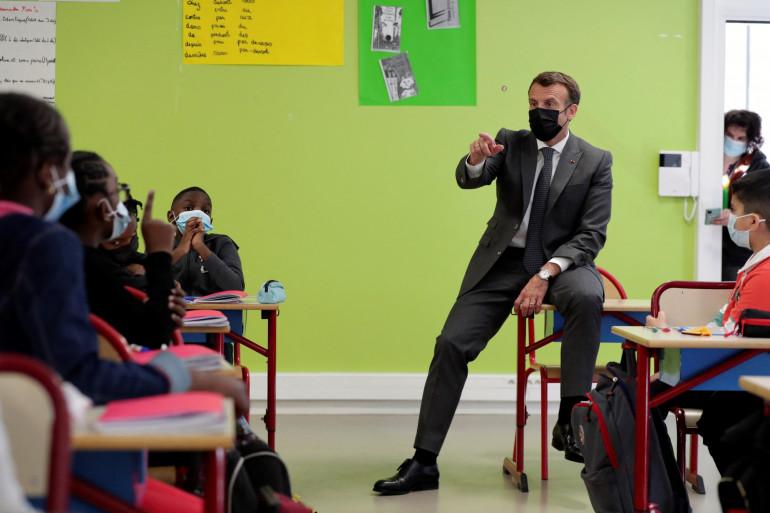 Emmanuel Macron devant les élèves d'une classe de CM2 de l'école Paul Cézanne de Melun (Seine-et-Marne).