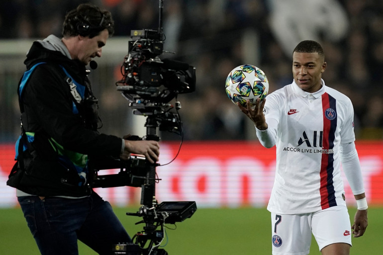 Kylian Mbappé présente le ballon du match à un caméraman à Bruges le 22 octobre 2019