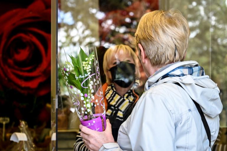 Une femme qui achète du muguet, le 30 avril 2020 (illustration)