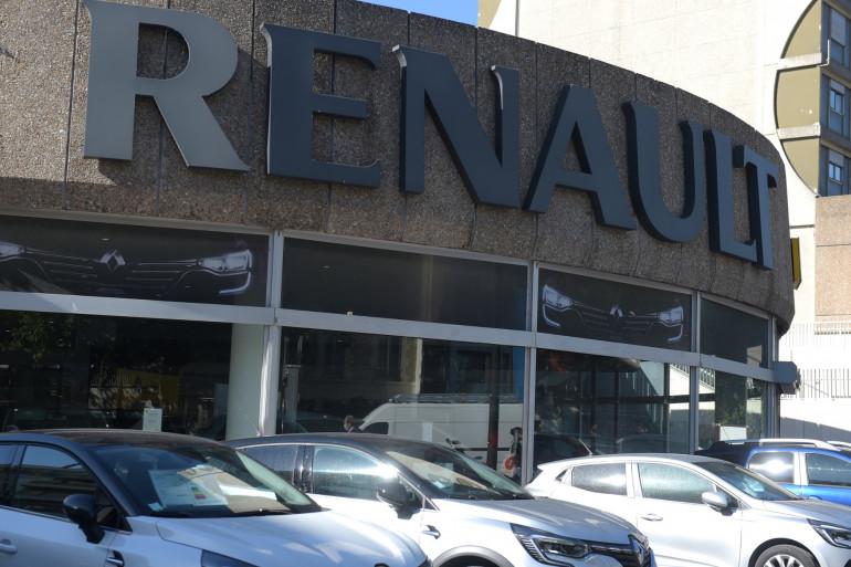 Des voitures sont garées devant une concession Renault à Boulogne Billancourt le 29 mai 2020. (Illustration)