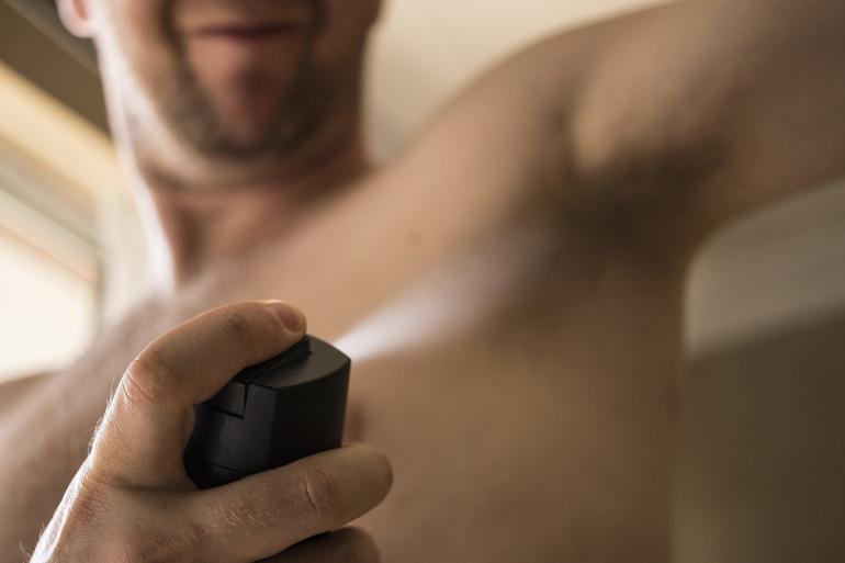 Un homme utilise du déodorant (illustration)