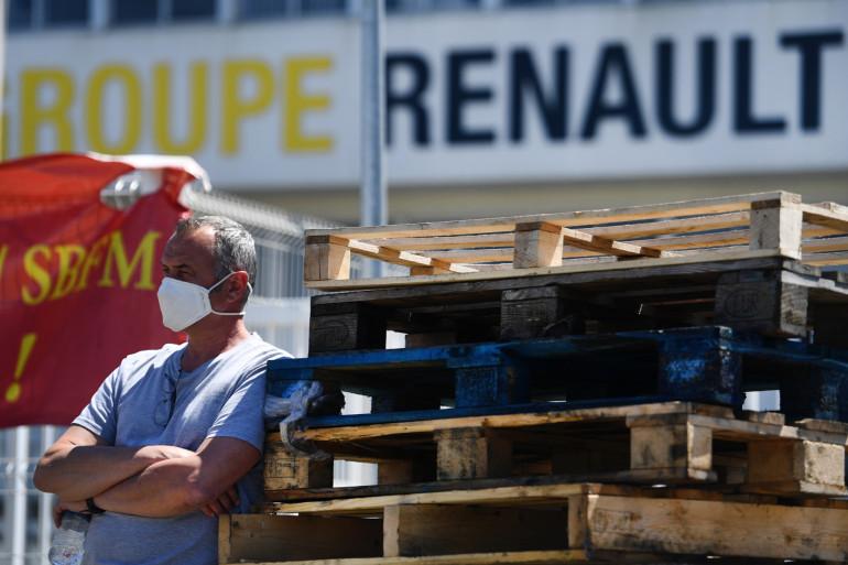 Un salarié devant la Fonderie de Bretagne, lundi 25 mai 2020