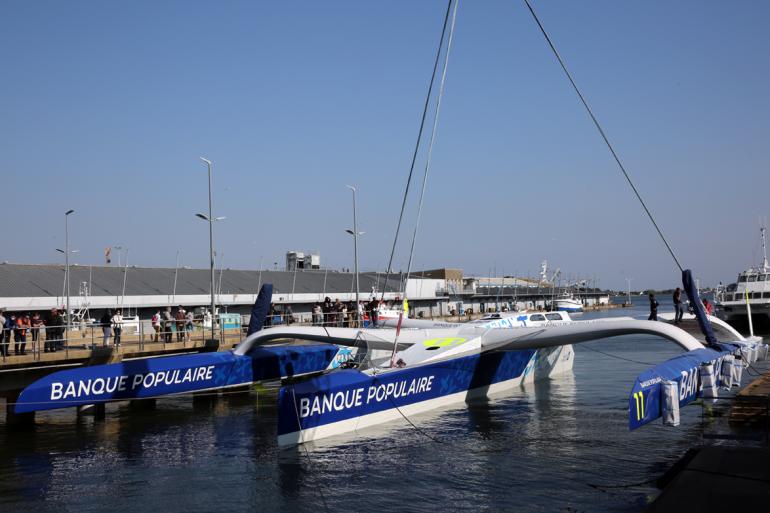 le trimaran Ultim Banque Populaire XI dans le port de Lorient