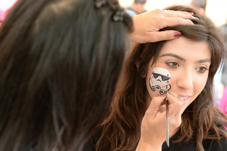 """Une session de maquillage Star Wars en 2013 lors du """"May The 4th Be With You"""""""