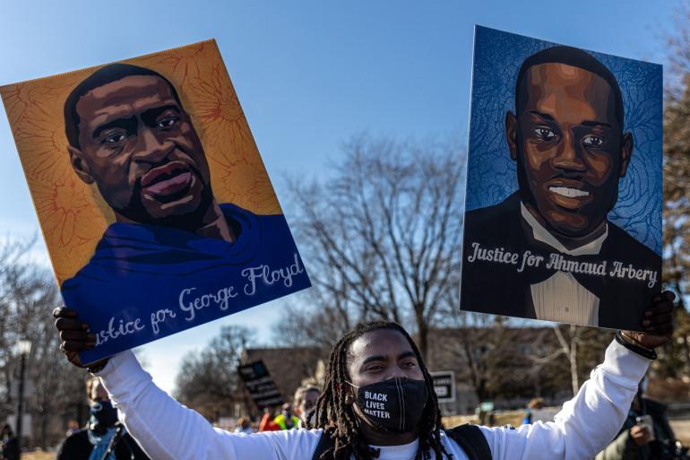 Un manifestant réclame justice pour George Floyd et Ahmaud Arbery