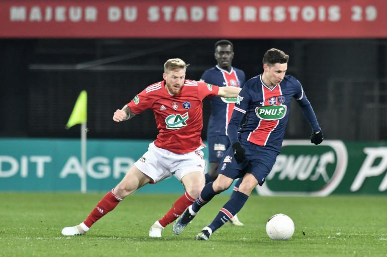Le Parisien Julian Draxler au duel avec le Brestois Gaëtan Charbonnier à Brest le 6 mars 2021