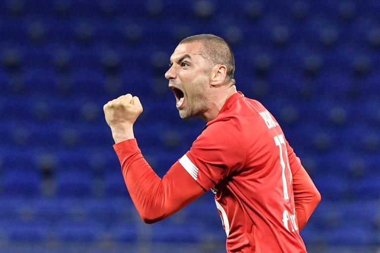 L'attaquant du LOSC, Burak Yilmaz, pendant le match face à l'Olympique Lyonnais le 25 avril 2021