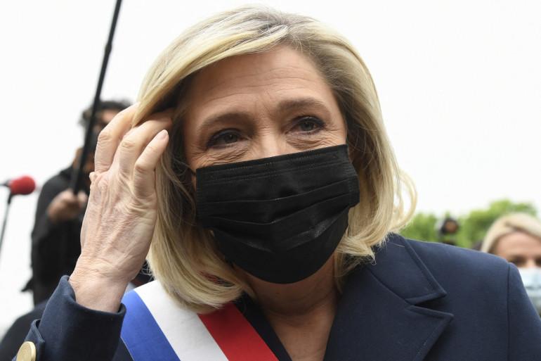 Marine Le Pen a déposé une gerbe de fleurs en hommage à Jeanne d'Arc le 1er mai 2021 à Paris.