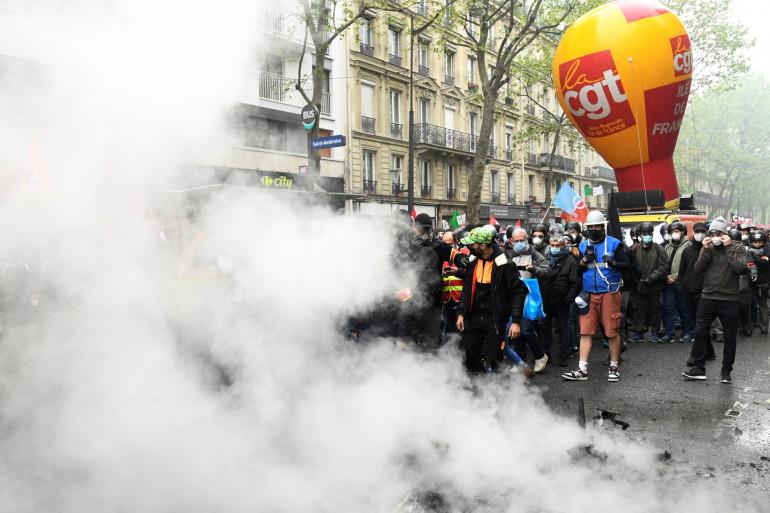 Les membres de la CGT reprennent la marche après un arrêt du cortège en raison d'affrontements entre manifestants et policiers lors du rassemblement annuel de la fête du Travail à Paris le 1er mai 2021.