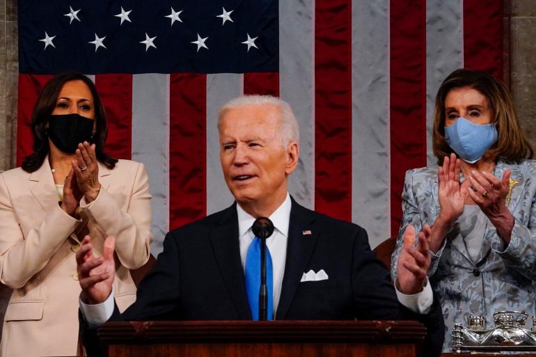Photo du président Joe Biden avec la vice-présidente Kamala Harris (G) et la présidente de la Chambre des représentants des États-Unis Nancy Pelosi (D) le 8 avril 2021.