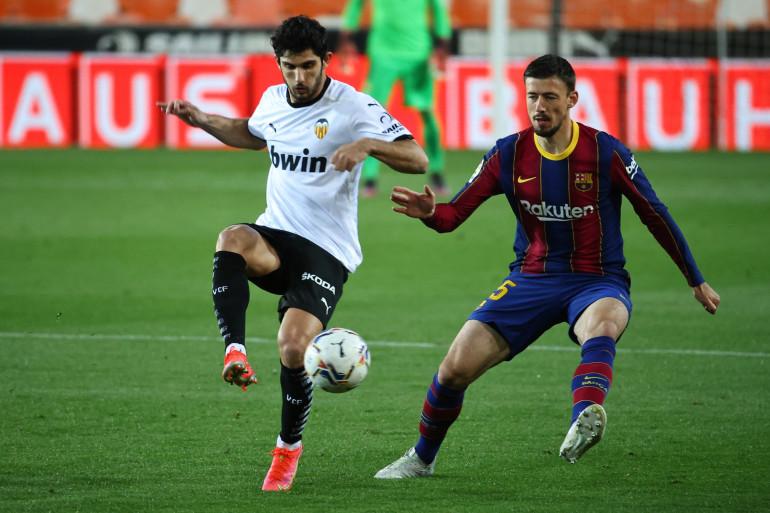 Clément Lenglet avec le Barça face au Valencian Gonçalo Guedes le 2 mai 2021