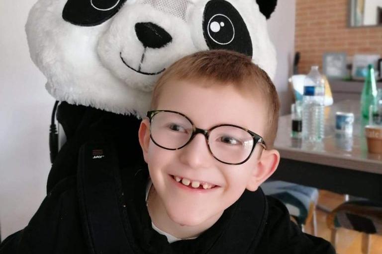 Bastien, 8 ans, est atteint d'une maladie génétique rare. Il est un des bénéficiaires de l'opération solidaire lancé par des rugbymen calaisiens dont Charly Lavigne, en panda.