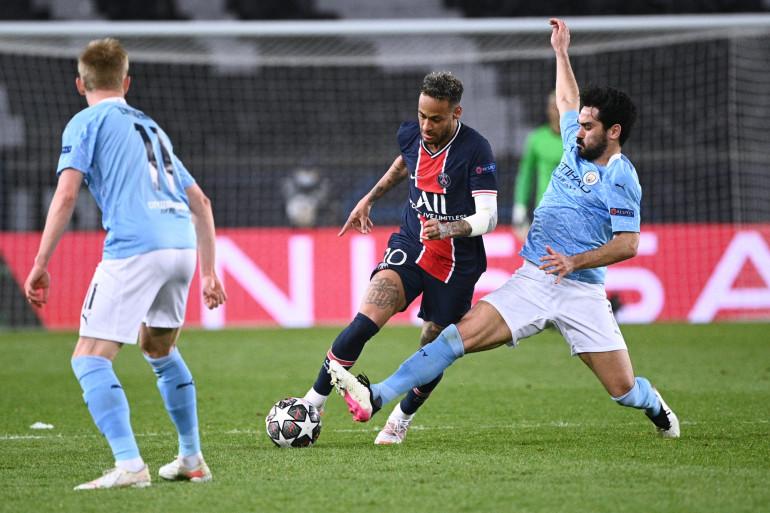 Neymar au duel avec Ilkay Gündogan au Parc des Princes le 28 avril 2021