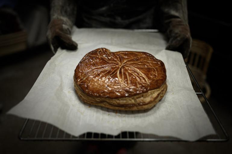 Une galette des rois confectionnée avec une pâte feuilletée. (Illustration)