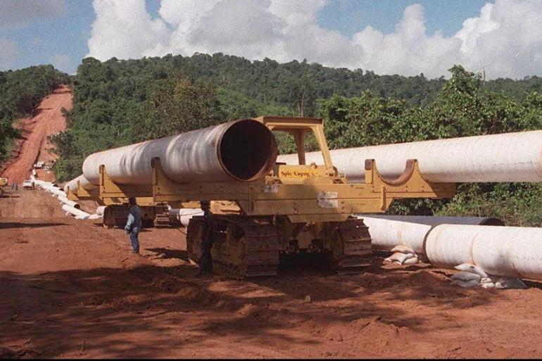 Mise en place du gazoduc reliant le champ gazier de Yadana à la frontière thaï, ici en novembre 1996