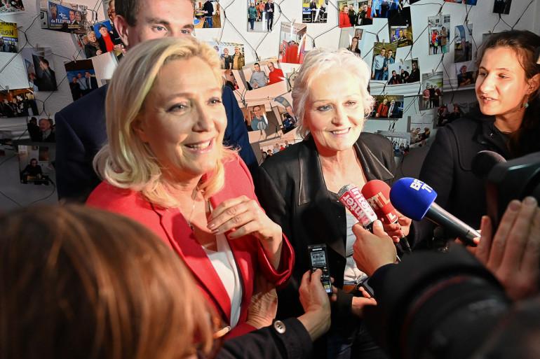 Marine Le Pen donne une conférence de presse le 11 mars 2020 à Calais, dans le nord de la France, lors d'une visite en soutien au candidat à la mairie de Calais Marc de Fleurian et à sa sœur Marie-Caroline Le Pen.