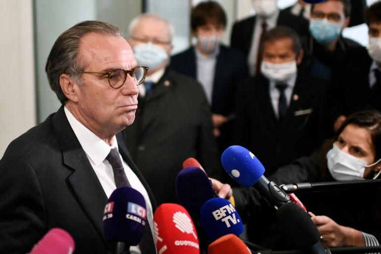 Le président de la région Provence-Alpes-Côte d'Azur Renaud Muselier s'adresse à la presse après avoir participé à une réunion avec les membres du comité stratégique des Républicains à leur siège à Paris, le 4 mai 2021.