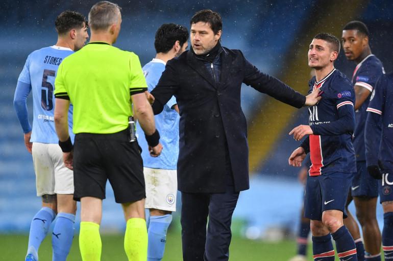 Mauricio Pochettino entre Björn Kuipers et Marco Verratti le 4 mai 2021 à Manchester City