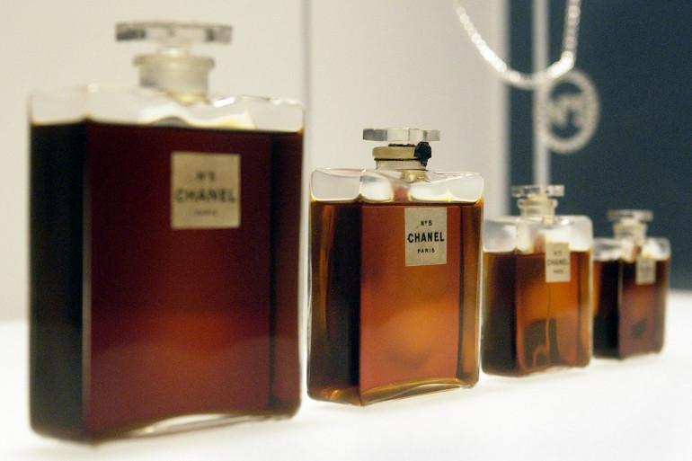 Les anciens flacons du N°5 de Chanel exposés en 2005