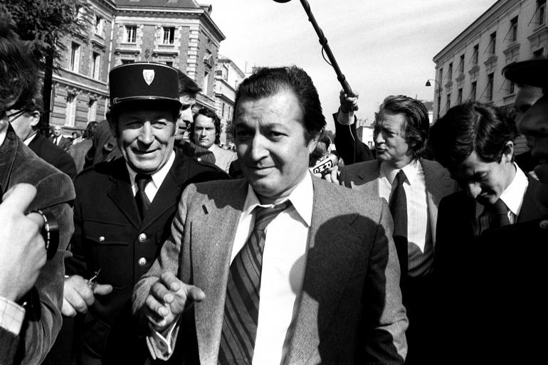 Alexandre Markovic, plaignant dans l'affaire du meurtre de son frère Stefan et son avocat Roland Dumas arrivent, en septembre 1973, au palais de justice de Versailles.
