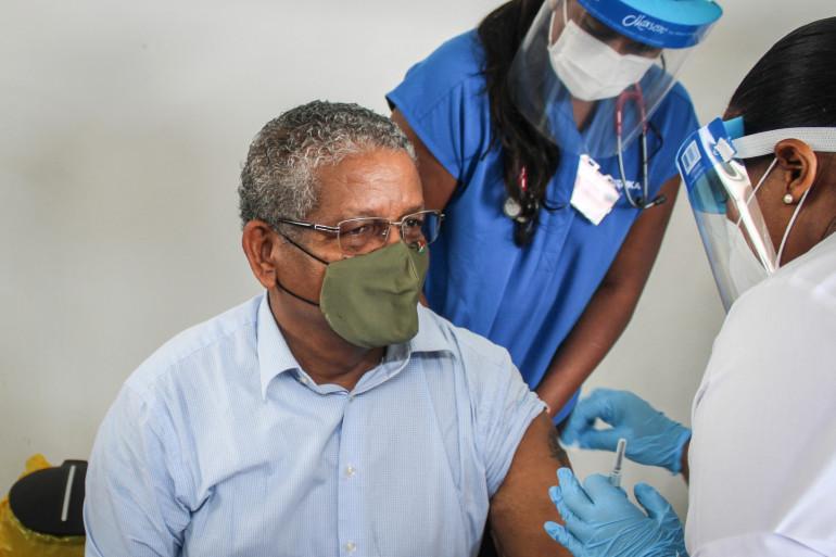 Le président des Seychelles, Wavel Ramkalawan, se faisant vacciner le 10 janvier 2021.