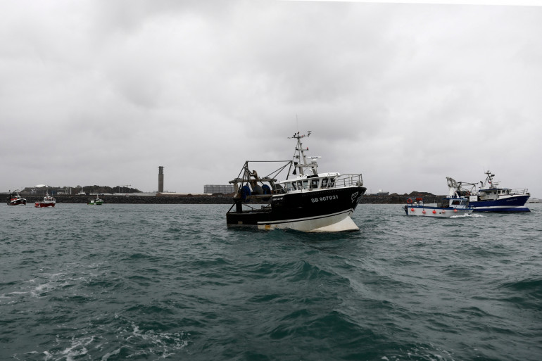 Des pêcheurs français manifestent devant le Port Saint-Helier, au large de Jersey.