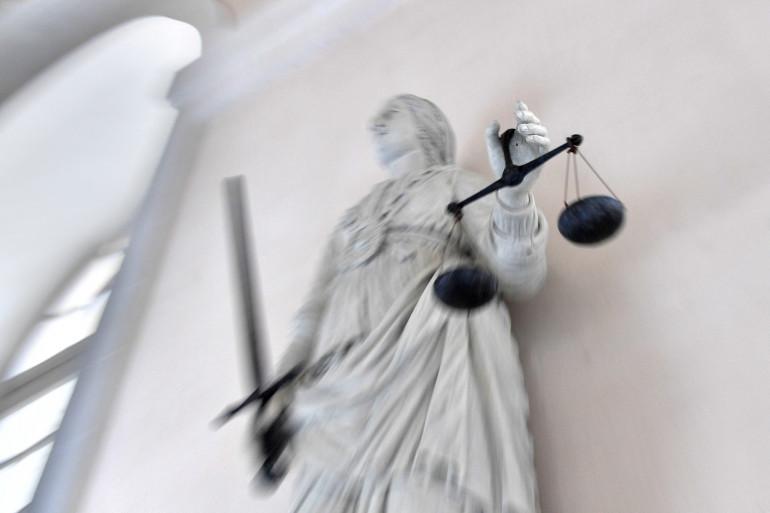 La déesse de la justice équilibrant les balances. (Illustration)