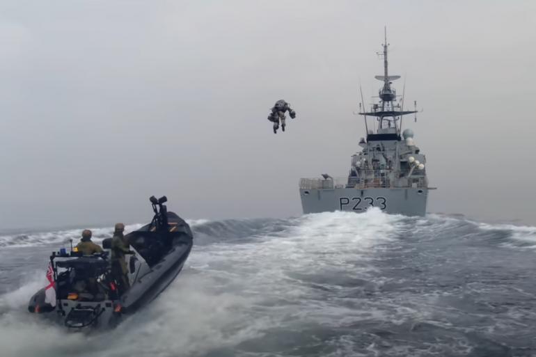 """Illustration d'un jet-pack, lors d'un exercice avec les """"Royal Marines"""" britanniques"""