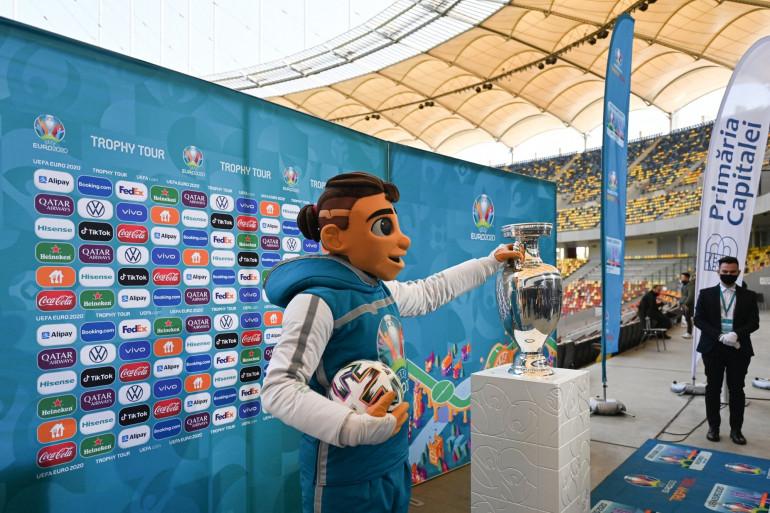 Skillzy, la mascotte de l'Euro 2020 avec le trophée, à Bucarest le 25 avril 2021