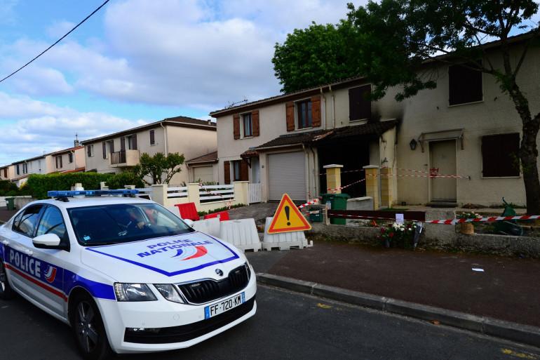 Un véhicule de police est stationné devant la maison où une femme de 31 ans, mère de trois enfants, a été brûlée vive par son mari, le 5 mai 2021 à Mérignac.