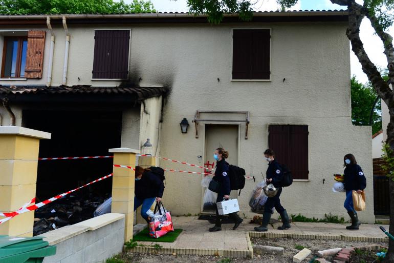Des médecins légistes arrivent dans la maison où une femme de 31 ans, mère de trois enfants, a été brûlée vive par son mari, le 5 mai 2021 à Mérignac.