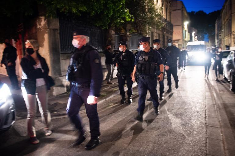 Des policiers sécurisent le site où Éric Masson, un policier, a été tué lors d'une opération anti-drogue à Avignon, le 5 mai 2021.