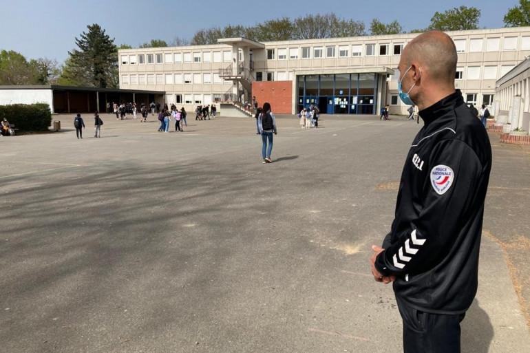 une après-midi par semaine,  un policier en survêtement , pour faciliter le contact, aide l'équipe éducative du collège d'un quartier sensible de Rennes.