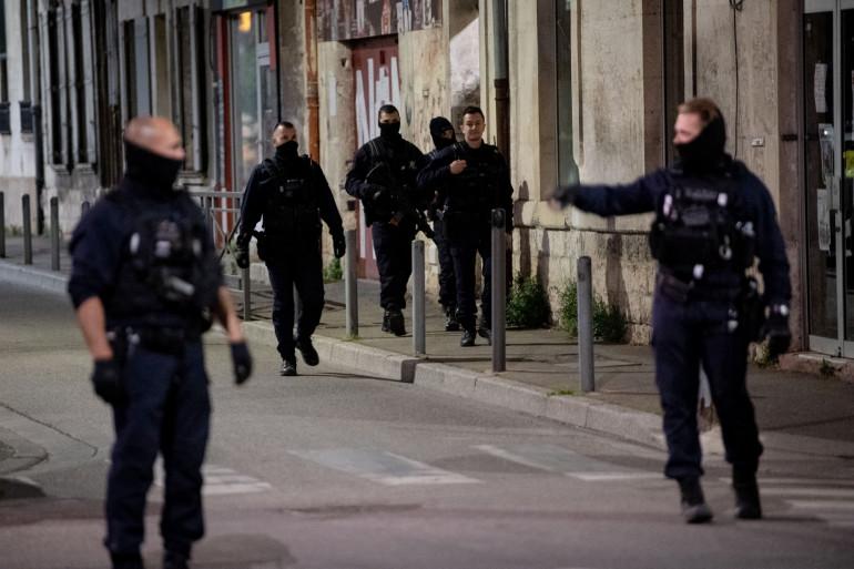 La police fouille la zone à la recherche d'un suspect fugitif après la mort d'un policier lors d'une opération antidrogue à Avignon le 5 mai 2021.