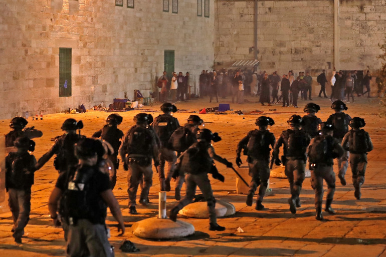 Les forces de sécurité israéliennes contre des manifestants palestiniens dans l'enceinte de la mosquée al-Aqsa à Jérusalem, le 7 mai 2021.