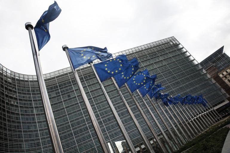 Des drapeaux de l'Union européenne flottent devant le siège de la Commission européenne à Bruxelles le 11 mars 2021. (Illustration)