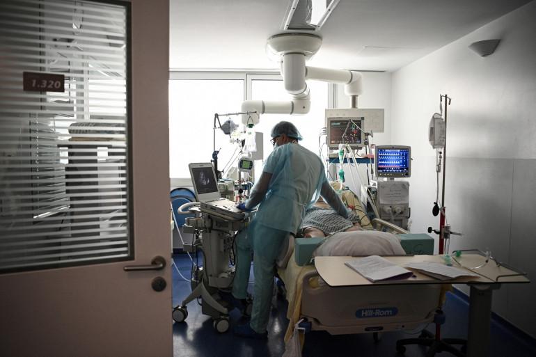 Un membre du personnel médical s'occupe d'un patient infecté par covid-19 à l'unité de soins intensifs Covid-19 de l'Hôpital européen Georges Pompidou de l'AP-HP, à Paris, le 6 avril 2021.