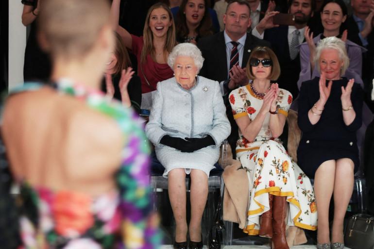 Elizabeth II, accompagnée d'Anna Wintour et de l'habilleuse royale Angela Kelly, le 28 février 2018 lors de la Fashion Week de Londres