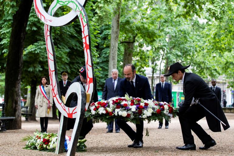 L'ancien premier ministre Édouard Philippe devant une statue d'hommage aux victimes de l'esclavage le 10 mai 2020, au jardin du Luxembourg, à Paris..