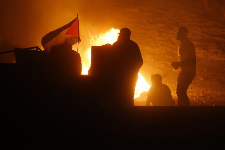 Des Palestiniens muni d'un drapeau lors d'une manifestation anti-israélienne le 10 mai 2021.