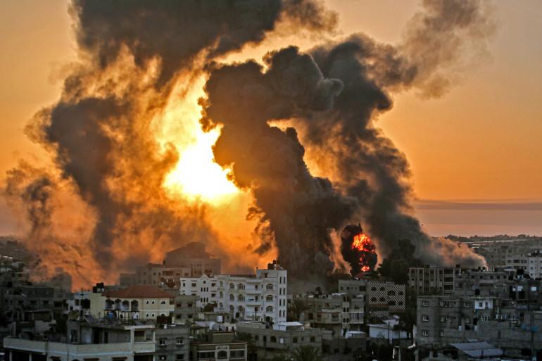 Un incendie faisant rage au lever du soleil à Khan Yunish à la suite d'une frappe aérienne israélienne, dans le sud de la bande de Gaza, le 12 mai 2021.