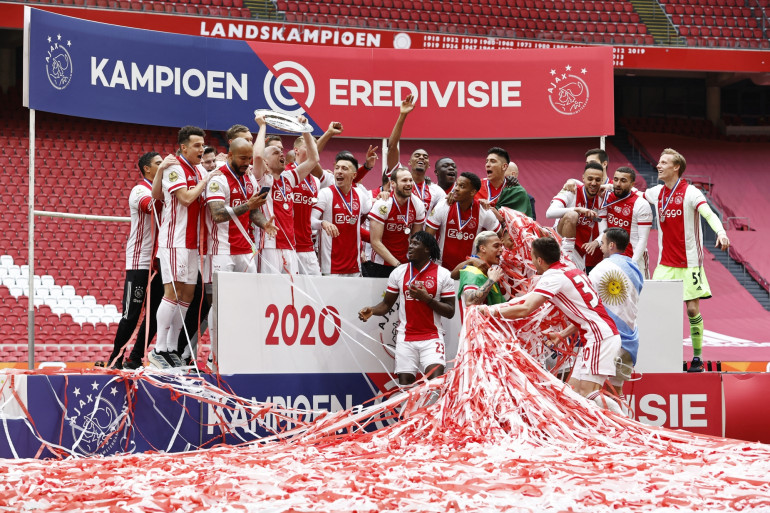 Les joueurs de l'Ajax célèbrent leur 35e titre national après le match de football néerlandais Eredivisie entre l'Ajax Amsterdam et le FC Emmen à la Johan Cruyff Arena d'Amsterdam le 2 mai 2021.