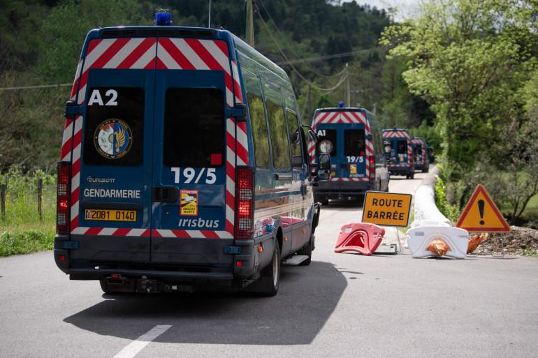 Une patrouille de gendarmerie près du village de Plantiers, où Valentin Marcone a commis un double homicide, mardi 11 mai