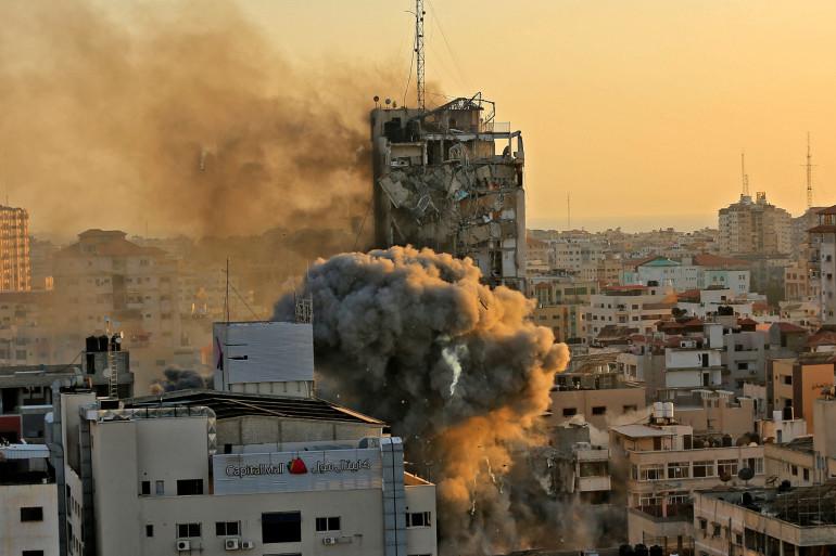 La tour Al-Sharouk alors qu'elle s'effondre après avoir été frappée par une frappe aérienne israélienne, dans la ville de Gaza le 12 mai 2021.
