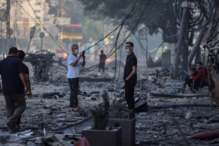 Des Palestiniens dans les débris dans la Bande de Gaza le 13 mai 2021