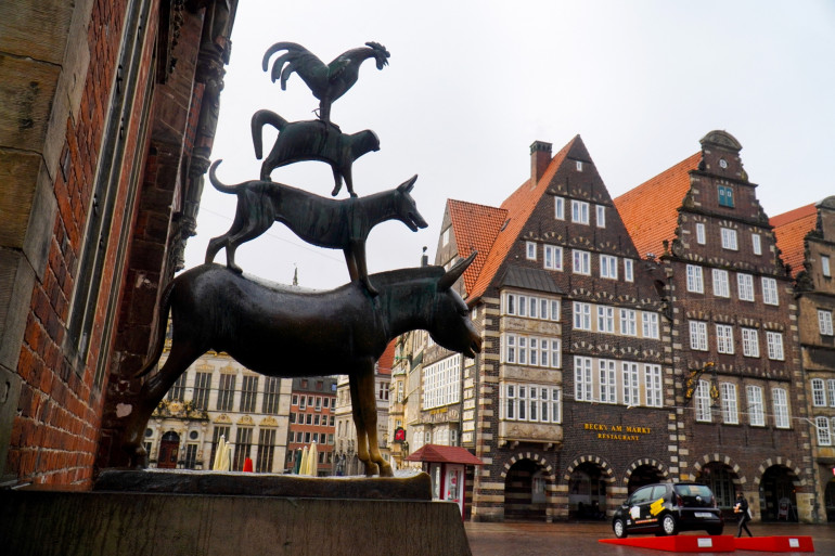 Un statue représentant un coq, un chat, un chien et un âne en Allemagne