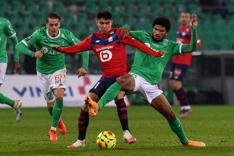 Le Lillois Luiz Araujo à la lutte avec le Stéphanois Mahdi Camara le 29 novembre 2020 à Geoffroy-Guichard