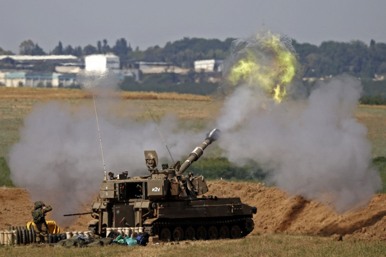 Des soldats israéliens tirent vers la bande de Gaza, dans le sud d'Israël, le 15 mai 2021.